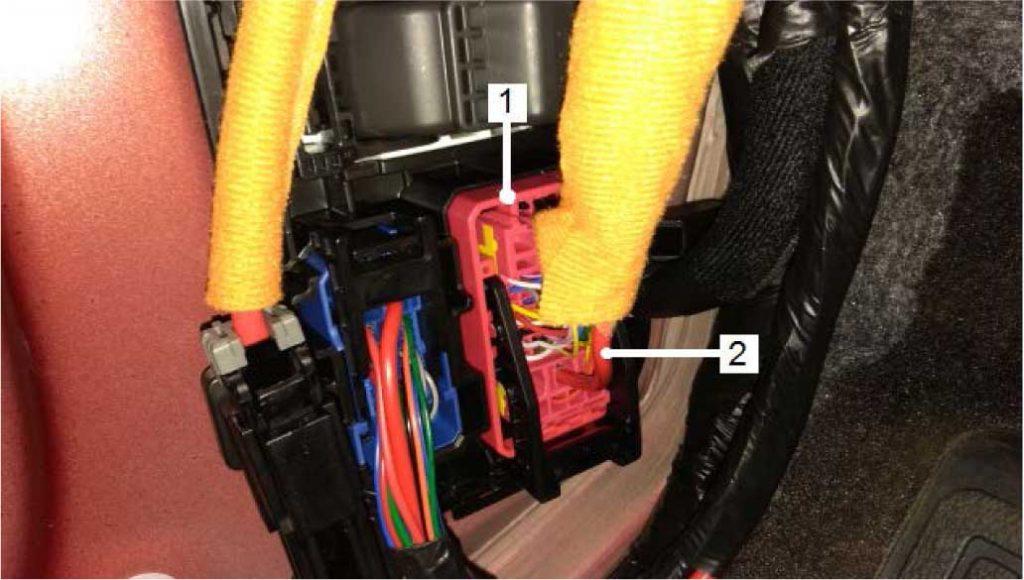 В передней левой стойке найти разъем ЕМ21 красного цвета. 1 – разъем ЕМ21 2 – провод к мотору вентилятора GM красного цвета (3 мм2)