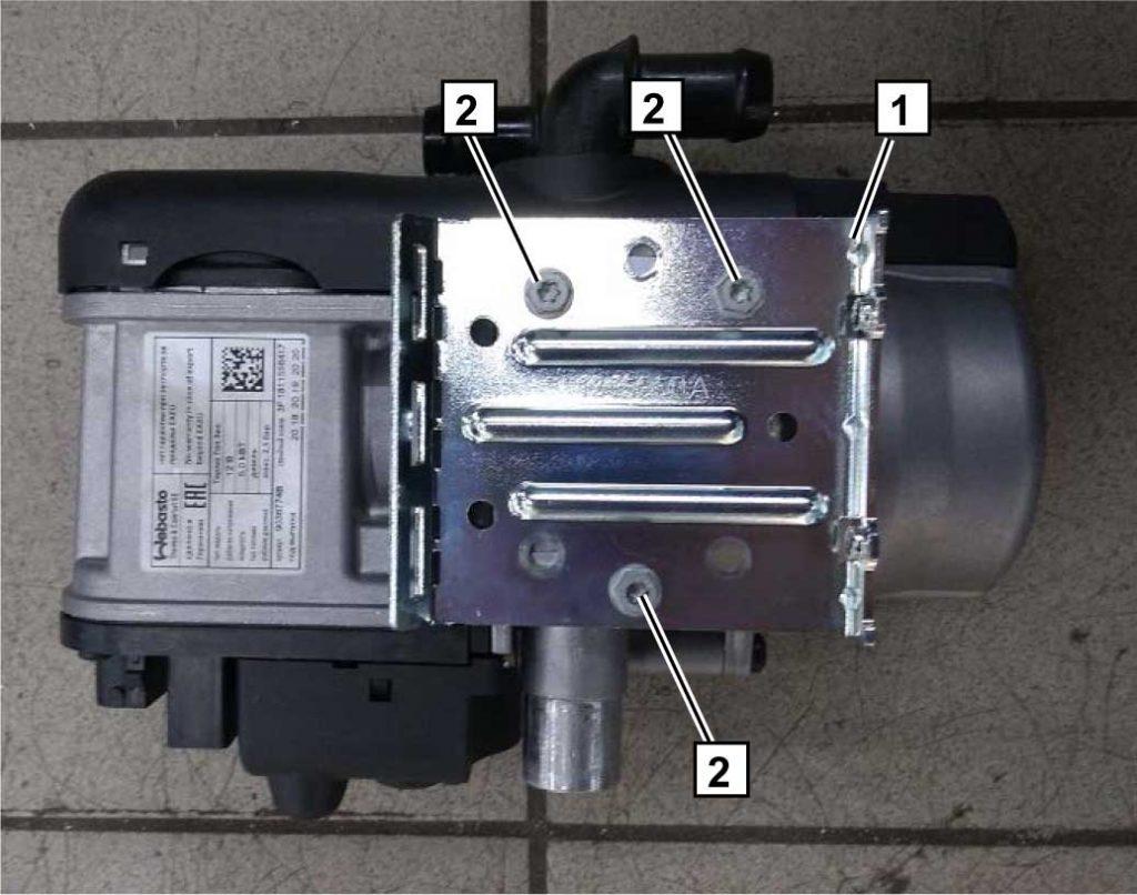 Закрепить часть составного кронштейна 1 на корпусе подогревателя с помощью трех самонарезных болтов М5х13 2.