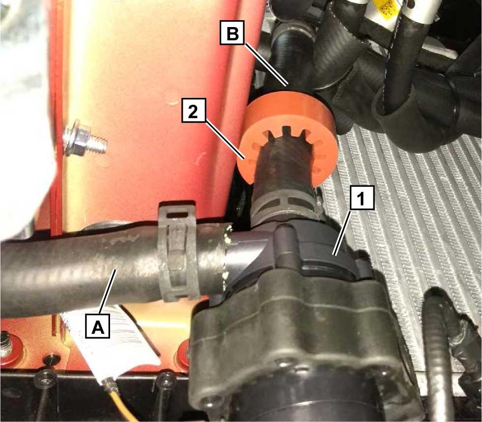 Подключить шланги A и B к циркуляционному насосу 1. Зафиксировать шланги пружинными хомутами Ø 25 мм. На шланг B надеть дистанционное кольцо 2.