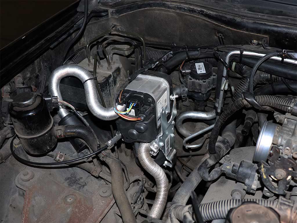 Отопитель Webasto Thermo Top EVO 5 Квт на бензиновый Pajero Sport первого поколения устанавливается на правый брызговик рядом с блоком ABS.