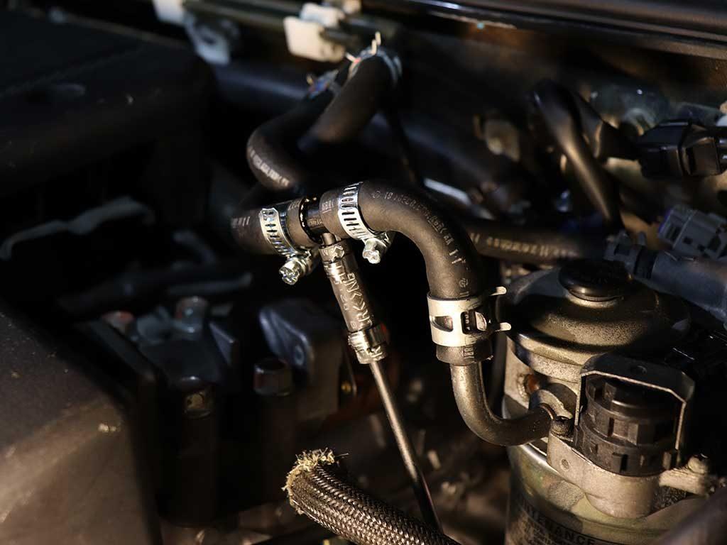 Это один из немногих автомобилей, где нет необходимости снимать бак для топливной врезки. Топливная магистраль подключается по капот в шланг подачи перед штатным топливным фильтром. Для этого используется тройник 10х5х10. Номер по каталогу Webasto 66946A.