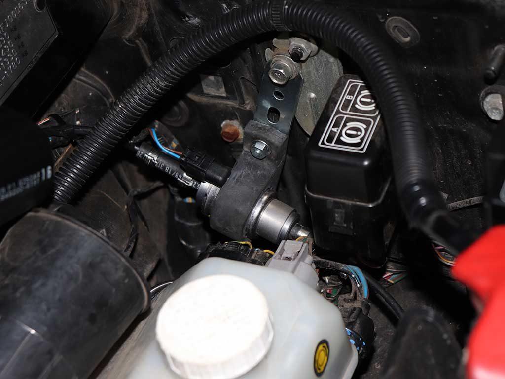 Топливный насос DP42 устанавливается под капотом рядом с главным тормозным цилиндром.