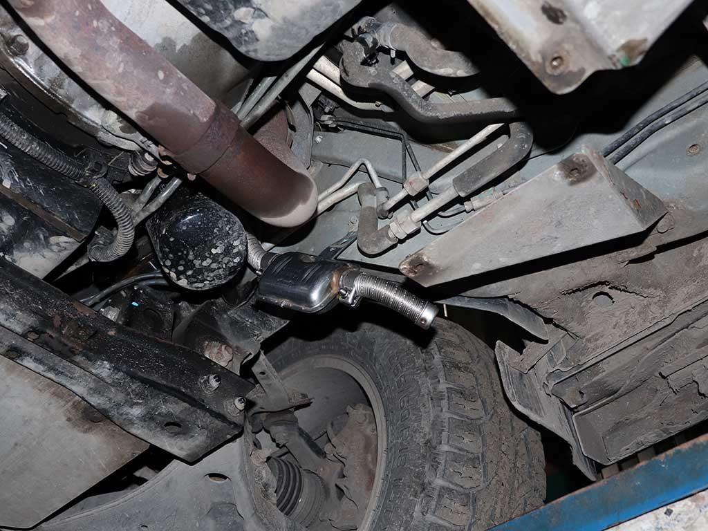 Глушитель Вебасто у Pajero 4 устанавливается внизу. Рядом с правым передним колесом.