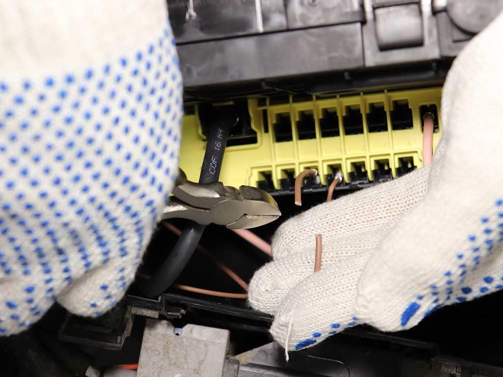 Часть коричневого провода, которая осталась в руке, следует подключить к постоянному + через предохранитель.