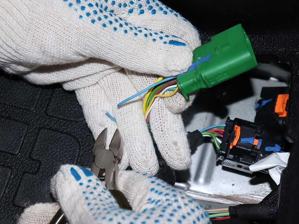 В разрыв подключаем диод D1 и GSM модуль.