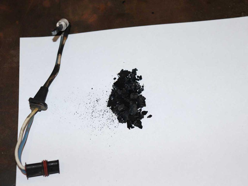 Снятый штифт накала и «кокс» удаленный из горелки.