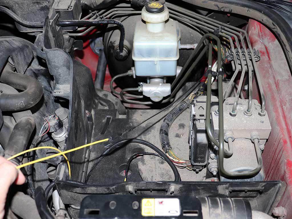 С ремонтом Вебасто покончено. Можно заняться переделкой догревателя в предпусковой. Прокалываем резиновый уплотнитель жгута моторной проводки. После этого проводим желтый провод в салон.