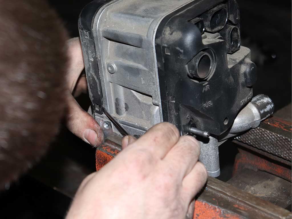Снимаем пластиковые элементы, откручиваем нагнетатель, отключаем датчики и штифт накала.