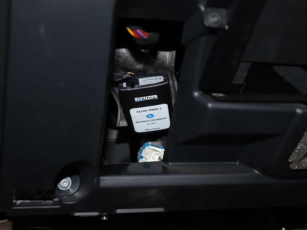 Месторасположение Altox W-Bus5. Модуль закреплен на металлическом усилителе с помощью двустороннего скотча. Легкий доступ к сим карте обеспечен.