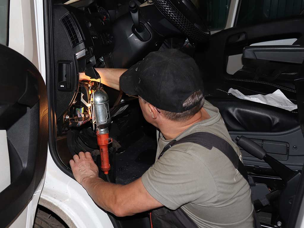 Протягиваем управляющую проводку в кабину автомобиля.