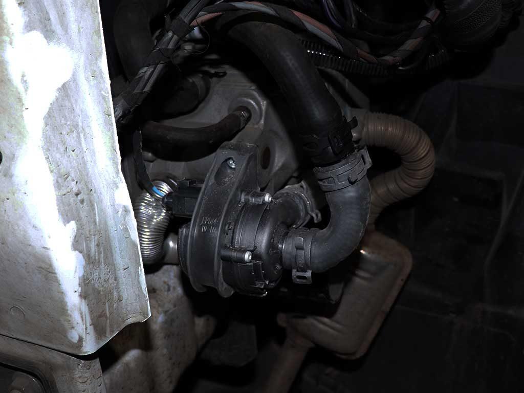 Для обеспечения циркуляции антифриза при остановленном двигателе монтируется автономная  электрическая помпа.