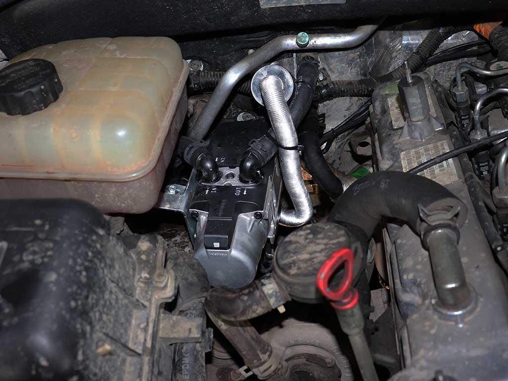 Отопитель Webasto TT-EVO на Кайроне устанавливается под капотом. Антифриз подключается в малый контур охлаждения.