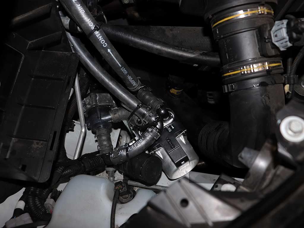 Подогреватель двигателя «врезается» в малый контур охлаждения. Горячий антифриз вначале поступает в радиатор штатной печки и нагревает салон. После этого возвращается в мотор.