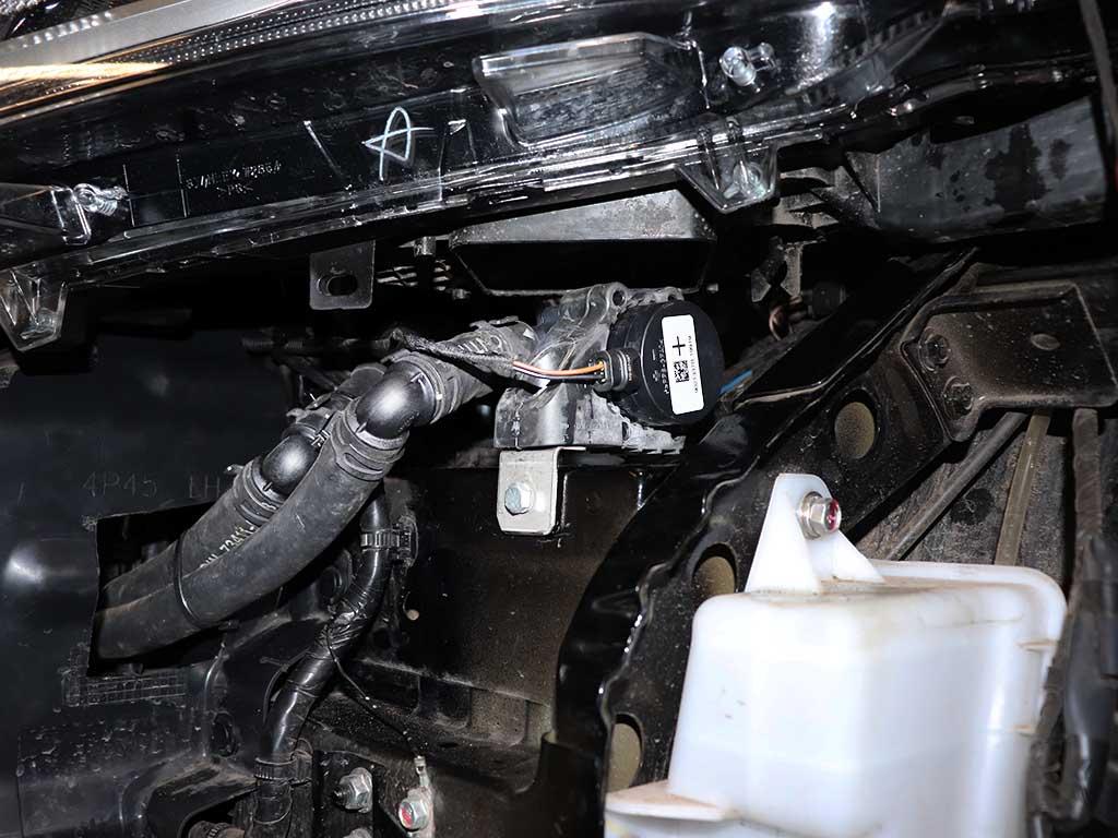Автономная электрическая помпа установлена под левой фарой. С ёё помощью обеспечивается циркуляция антифриза при остановленном двигателе.