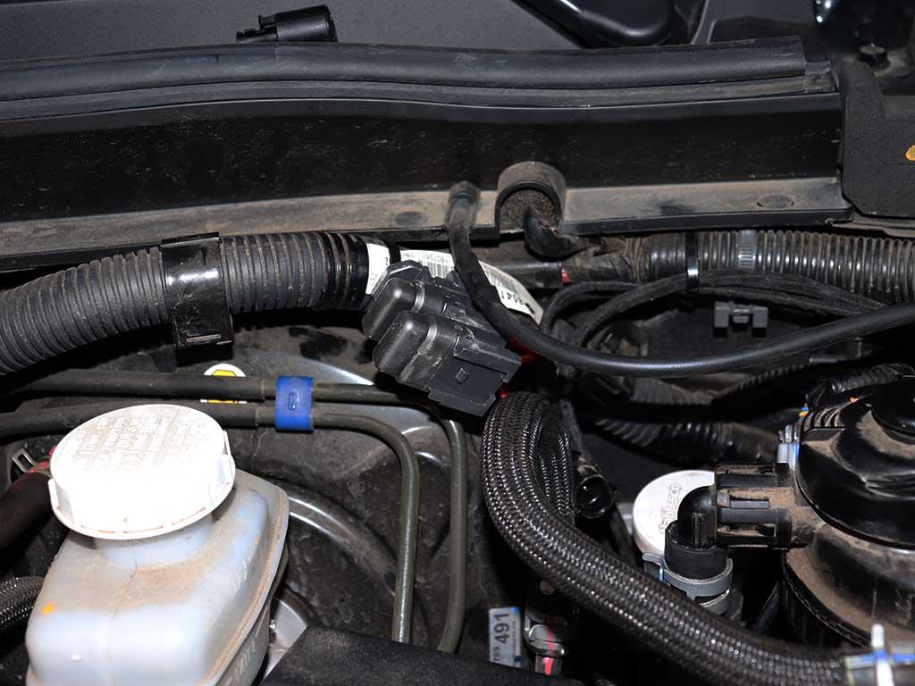 Все электрические цепи предпускового подогревателя защищены предохранителями. Они установлены под капотом рядом с ГТЦ.
