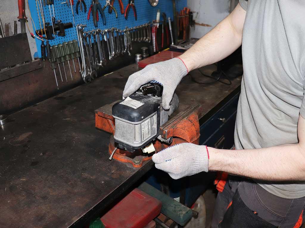 Устанавливаем TT-V в тиски. Так удобнее работать с отопителем. Во избежание разрушения корпус зажимаем очень легко.