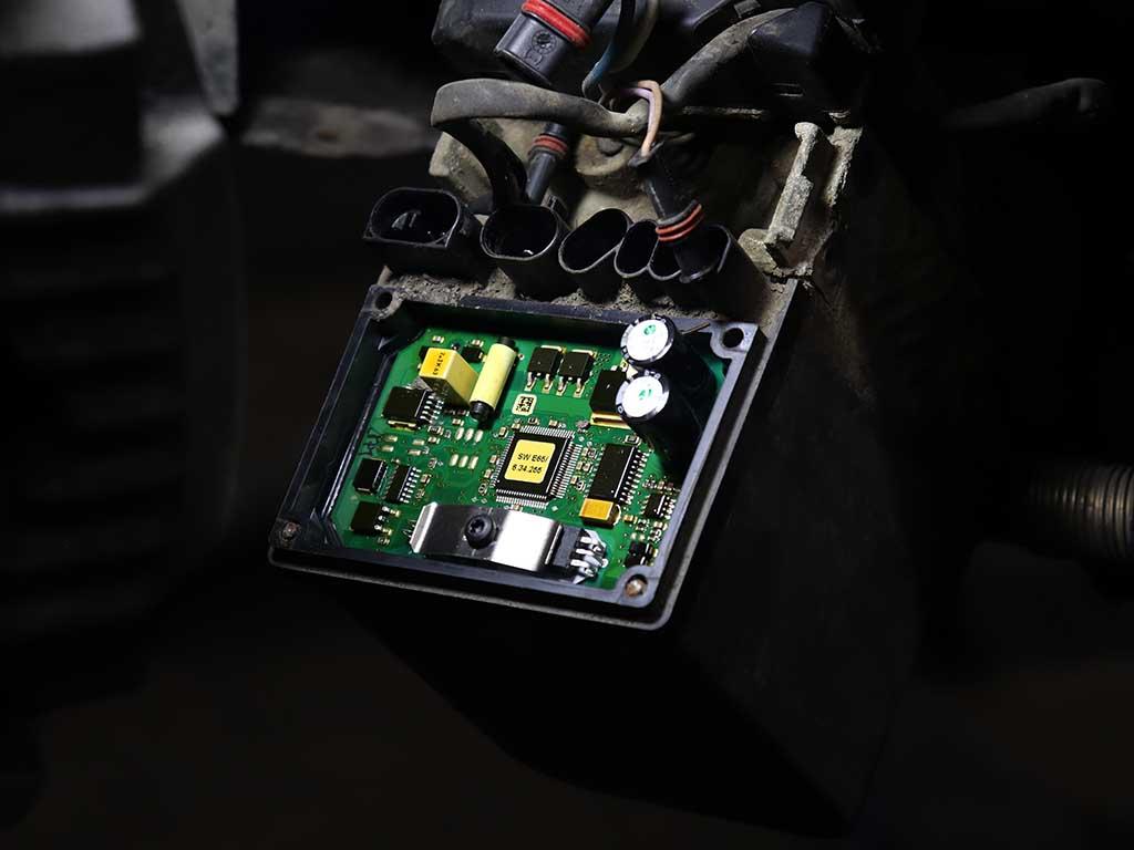 Остатки болтов крышки блока управления хороши видны на фото.