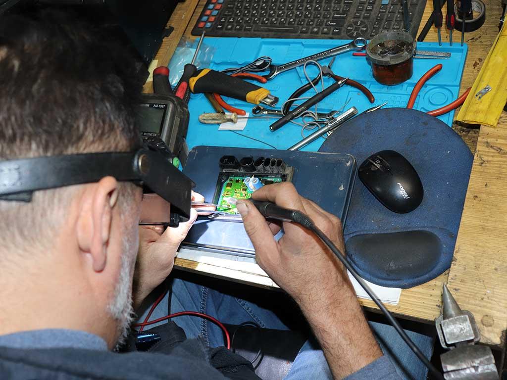 А это уже не его стариковское дело. Наступила очередь мастера по ремонту электроники.