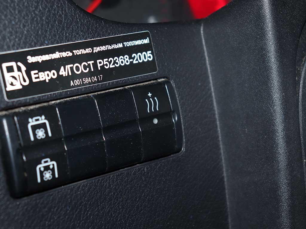 Светодиод на кнопке включения догрева еле светится. Проверяем питание. Напруга в порядке.