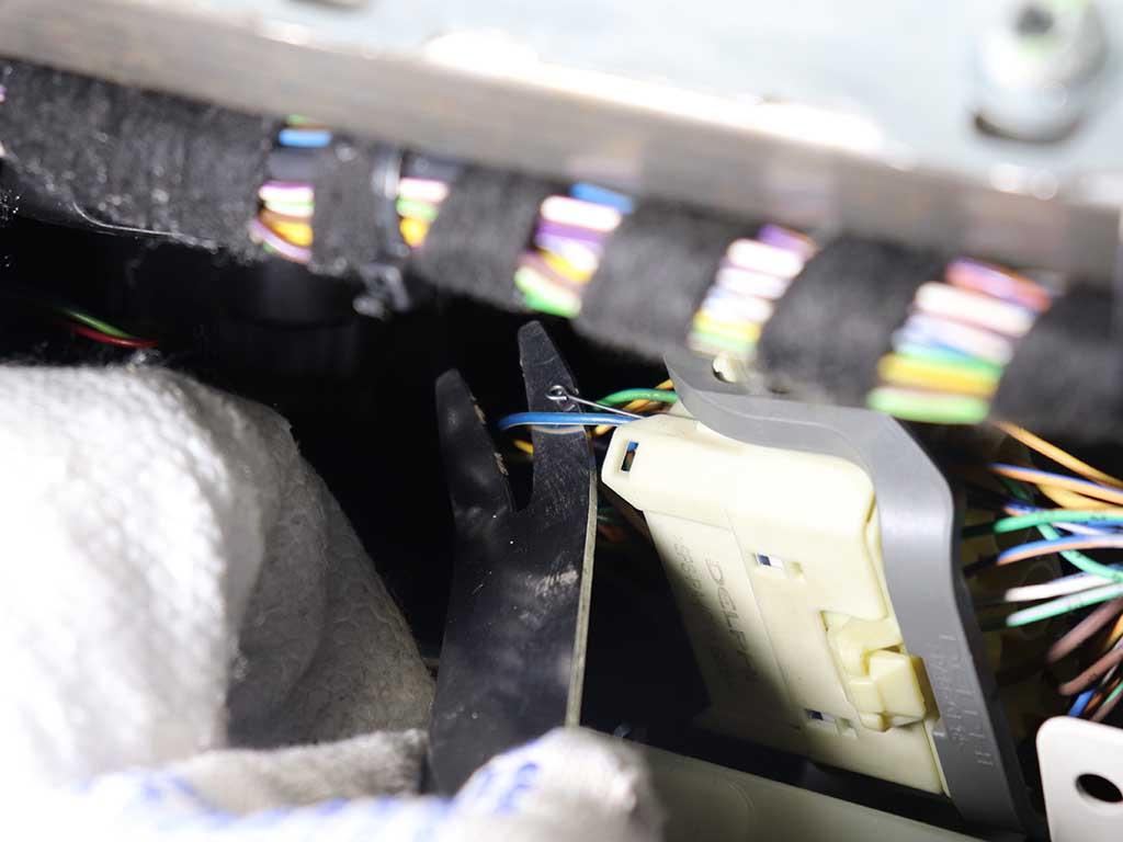 Сине-белый провод на разъеме за бардачком и это то, что нам нужно. Он идет от Webasto TT-V к передатчику телестарта.