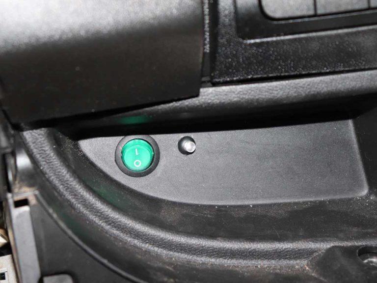 В нише для мелочей устанавливаем дублирующую кнопку управления. При отсутствии связи, всегда можно включить или выключить Webasto. Наша кнопка справа. Слева стоит клавиша какого-то дополнительно оборудования.